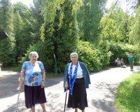 Mieszkańcy na wycieczce w parku i minizoo