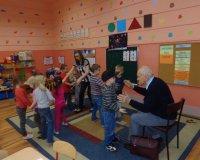 Seniorzy czytają dzieciom